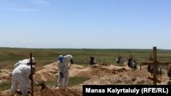 Коронавирустан қайтыс болғандарды жерлеуге арналған зират. Алматы облысы Қараой ауылының маңы, 25 мамыр 2020 жыл.