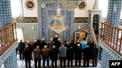 Мюсюлмани по време на молитва в джамията в гр. Бенковски. В района на Бенковски през декември 1984 г. се състоят едни от най-ожесточените сблъсъци на български турци с армията и милицията. Снимката е от 2017 г.