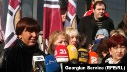 Инга Григолия от имени уволенных сотрудников потребовала встречи с министром здравоохранения и труда, чтобы тот объяснил причины сокращения