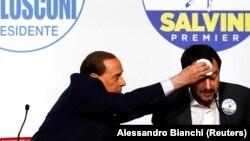 Silvio Berlusconi Şimal Liqasının lideri Matteo Salvini-nin tərini silir