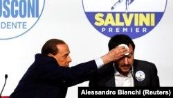 Бывший премьер-министр Италии Сильвио Берлускони (слева) и Маттео Сальвини, лидер «Лиги Севера».