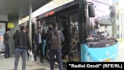 Душанбедегі қоғамдық көлік және жолаушылар. 26 наурыз 2020 жыл.