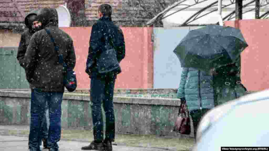 Для багатьох жителів міста сніг став повною несподіванкою. Але хтось виявився передбачливим і взяв із собою парасольку