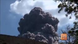 Туристы сняли на камеру извержение вулкана в Никарагуа с расстояния нескольких метров