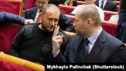 Дмитро Ярош (ліворуч) розмовляє з Бориславом Березою у Верховній Раді. Листопад 2014 року.(©Shutterstock)