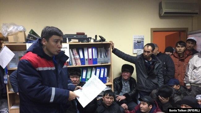 Генеральный директор Oil Construction Company Серик Абденов требует от находящихся на голодовке нефтяников покинуть помещение профсоюза. Актау, 19 января 2017 года.