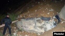 Тау жолында көшкін астында қалып қойған автокөлік. Айрум, Армения, 2 қазан 2011 ж.