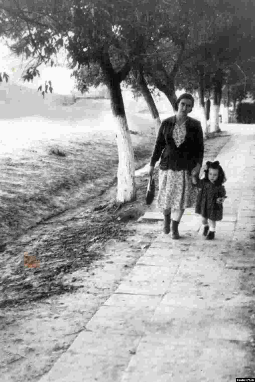 Bunica Mariana Pereberina cu mama Galina. Florești, 1955