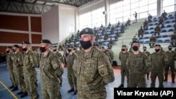 Косовски војници со заштитни маски поради пандемијата со Ковид19