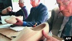 Деревянная обувь по-прежнему требует профессионализма