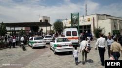 Авто поліцейських і медиків біля станції метро в Тегерані, де стався напад, 15 липня 2017 року