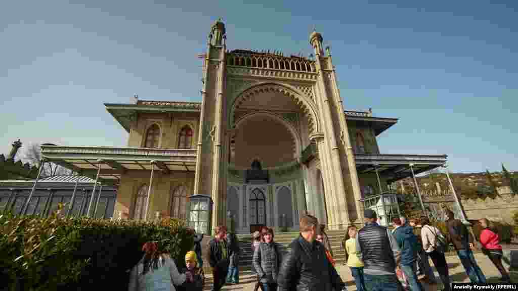 «Визитная картачка» Алупки – Воронцовский дворец. Расположенный у подножия горы Ай-Петри, он построен соответственно рельефу гор и спроектирован под окружающий ландшафт. Вокруг дворца на сотни тысяч квадратных метров раскинулся парк с тенистыми аллеями