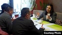 АКШ мамлекеттик катчысынын Түштүк жана Борбордук Азия аймагы боюнча жардамчысынын орун басары Фатема Сумар журналисттер менен сүйлөшүүдө. Бишкек, март, 2014.