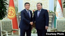 Сооронбай Жээнбеков и Эмомали Рахмон. Архивное фото.