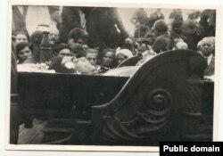 Похорони Миколи Хвильового, Харків, 14 травня 1933 рік. Подвір'я будинку «Слова» (Фото з архівів Харківського літературного музею)