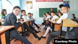 Школьники в Таласской области получили бесплатную обувь. Фото гуманитарной организации ADRA Кыргызстан.