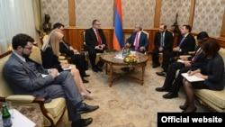 Президент Армении Серж Саргсян принимает сопредседателя комиссии по парламентскому сотрудничеству Армения- Евросоюз Милана Цабрноха, Ереван, 30 октября 2013 г.