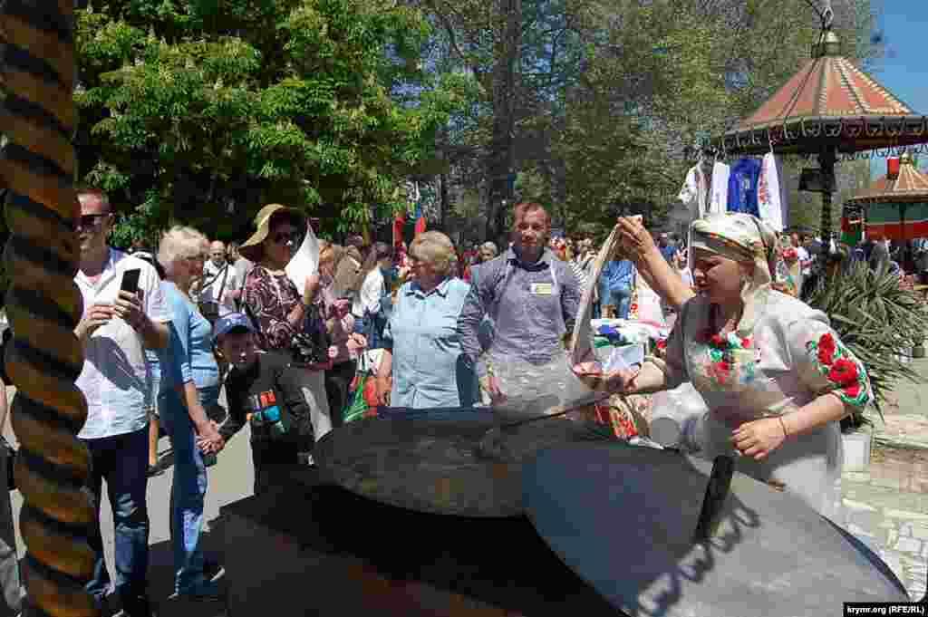 Активист УНКОС Татьяна Аничина (справа — в национальном костюме) готовит украинский борщ. Он уже почти готов