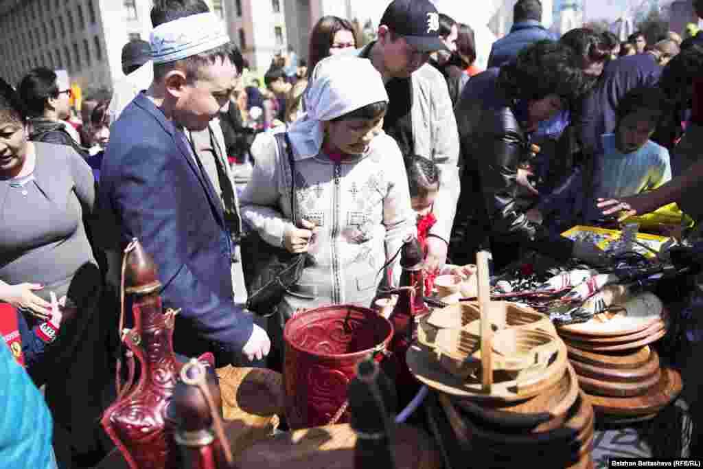 На празднике можно купить национальные украшения, посуду, одежду и многое другое. 22 марта 2016 года