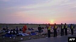 Угорська поліція стереже групу мігрантів біля кордону з Сербією, фото 27 серпня 2015 року