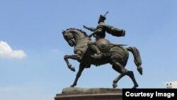 Памятник Амиру Темуру в центре Ташкента.