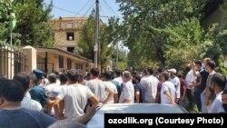 Акция протеста жителей махалли «Урикзор» Учтепинского района Ташкента у здания махаллинского комитета. Ташкент, 6 августа 2020 года.