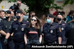 """Moszkva, 2020. július 13. A rendőrök letartóztatják Tajszija Bekbulatovát, a Holod (Hideg) internetes portál főszerkesztőjét. Felirat a pólón: """"Szabadság Szafronovnak"""". A volt újságírót azzal vádolták, hogy az állami űrkutatási cég tanácsadójaként hadititkokat adott át a cseh titkosszolgálatnak"""