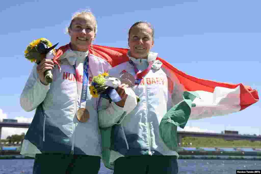A bronzérmes Bodonyi Dóra (b) és Kozák Danuta a női kajak párosok 500 méteres versenyének eredményhirdetésén