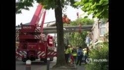 В Голландии кран упал на жилые дома
