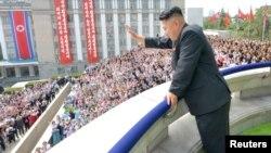 Солтүстік Корея басшысы Ким Чен Ын жаппай шеруге жиналған халықққа қол бұлғап тұр. Пхеньян, 9 қыркүйек 2013 жыл.