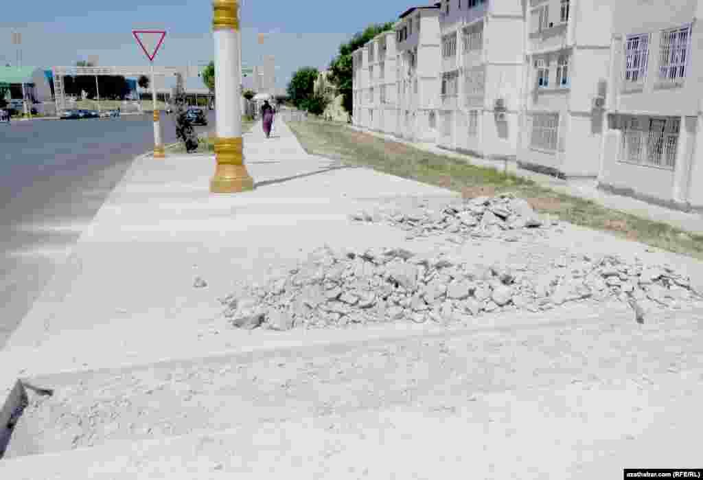 В микрорайоне Мир-11 обновляют тротуары, Ашхабад.