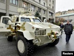 Президент Петро Порошенко оглядає перший зразок бронеавтомобіля «Дозор». 15 січня 2015 року