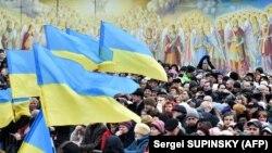 Люди на площі біля Михайлівського Золотоверхого монастиря, що належить Православній церкві України (ПЦУ). Березень 2919 року