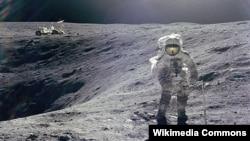 Amerikan astronawty Çarlz Gersog Aýyň üstüni öwrenýär. 1972.