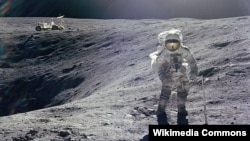 Американский астронавт Чарльз Дюк делает шаги на поверхности Луны. 1972 год.
