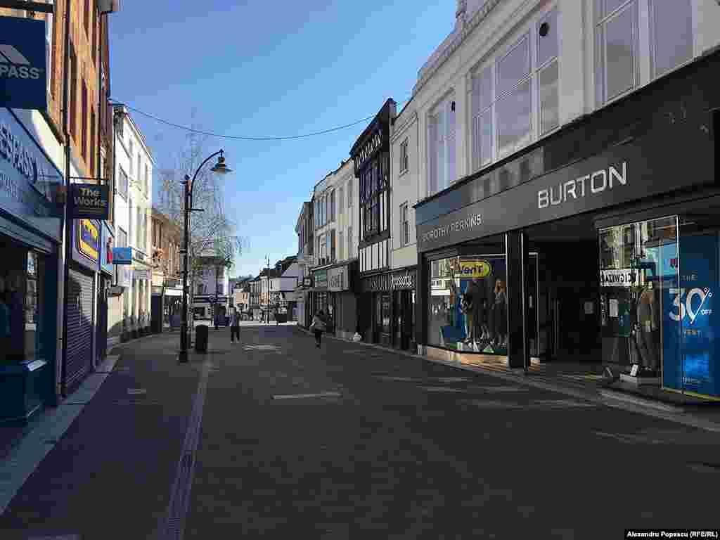 Week street. Zonă populară pentru shopping.