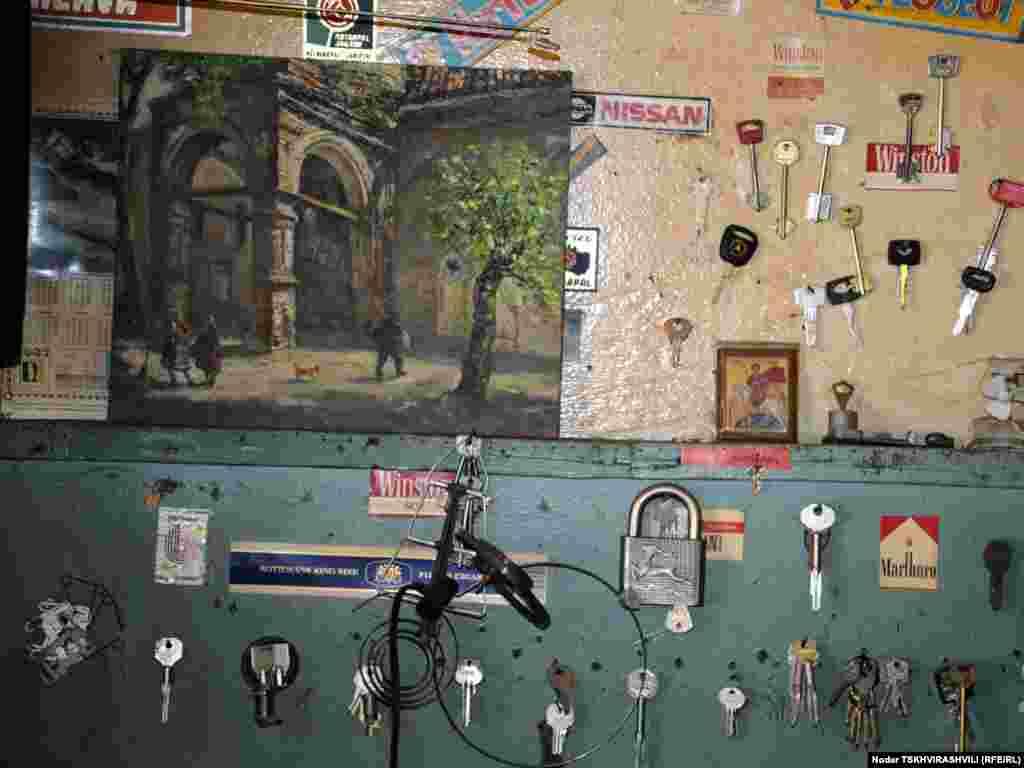 """მესაათეები, მკერავები, მეწაღეები, გასაღების ხელოსნები - ისინი თბილისის ყველა უბანში არიან და ყველამ იცის მათი პატარა, უმეტესად, სარდაფებსა და ჩიხებში """"დამალული"""" ოთახების მისამართები..."""