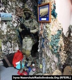 Зала пам'яті в морському центрі спеціальних операцій. Серед експонатів – гармошка, яку на своїх позиціях кинули підтримувані Росією бойовики