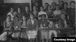 Учні Ялтинської середньої школи з учителем (перша лівоуч у першому ряду) і трирічною Розіле, 1939 рік. Сімейний архів Розіле Меметової