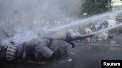 Ոստիկանությունը ջրցան մեքենաներով ցրում է խաղաղ բողոքի ակցիան