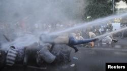 Ереванда электр қуаты тарифтерінің қымбаттауына қарсылық танытқан демонстранттарды полиция сумен атқылап қуып таратып жатыр. Армения, 23 маусым 2015 жыл.