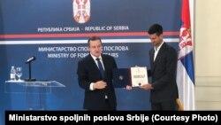 Ivica Dačić uručuje povelju Novaku Đokoviću