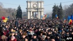 Молдованын парламенти имараты алдына чогулган демонстранттар. 21-январь, 2016-жыл.