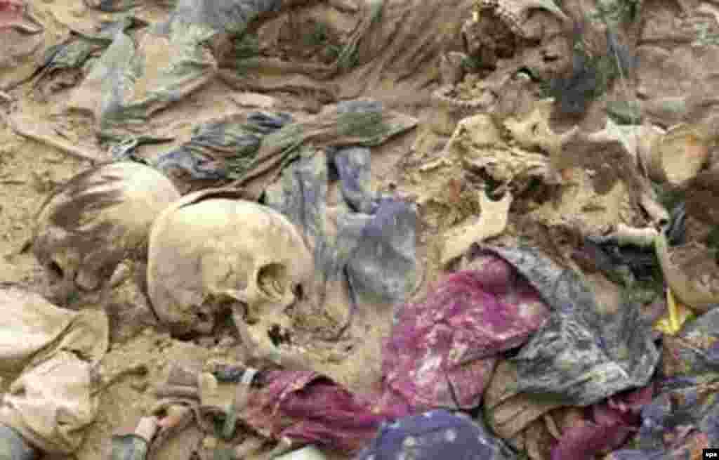 Iraq -- remains recovered from a mass grave in Al-Samawa desert, 25Apr2005 - 2005neñ 25 Aprilendä Bağdadtan 270 çaqırım könyaqqa taba kümäk qäberlek tabıldı. Tikşerüçelär fikerençä, bu qaldıqlarnıñ qayberläre Kördlärgä qarşı oyıştırılğan kampaniä qorbannarı. (epa)