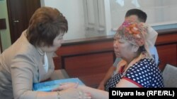 Адвокат Гульнара Жуаспаева беседует со своим клиентом, гражданским активистом Кыздыгой Ажаркуловой. Шымкент, 6 июня 2016 года.