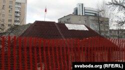 Палотнішча на даху дома Кастуся Жукоўскага