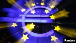 Znak evra ispred sedišta Evropske centralne banke u Frankfurtu
