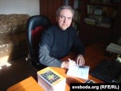 Юры Бандажэўскі падпісвае сваю кнігу