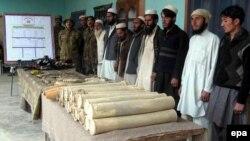 Боевики Талибана сдают оружие представителям пакистанской армии. 29 декабря 2010 года.
