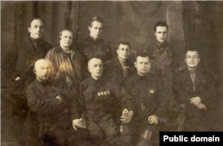 Иван Строд в центре снимка